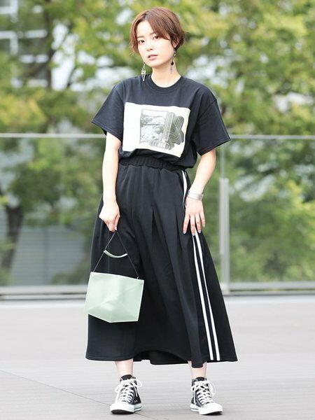 BEAMS WOMENさんのTシャツ「VEIL × Ray BEAMS / 別注 サイドヘム ロゴ Tシャツ ヴェール レイビームス 」を使ったコーディネートを紹介します。|ファッション通販楽天ブランドアベニュー(旧スタイライフ Stylife)24692