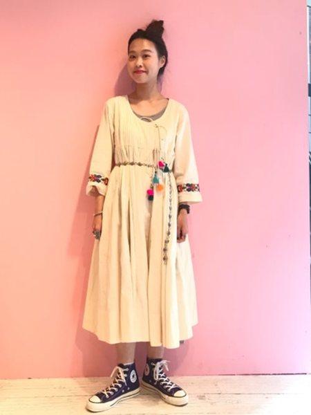 BEAMS WOMENさんのロングワンピース/マキシワンピース「trepied × BEAMS BOY / ポンポン フリンジ カシュクール ワンピース トリピエ ビームス ボーイ」を使ったコーディネートを紹介します。|ファッション通販楽天ブランドアベニュー(旧スタイライフ Stylife)27101