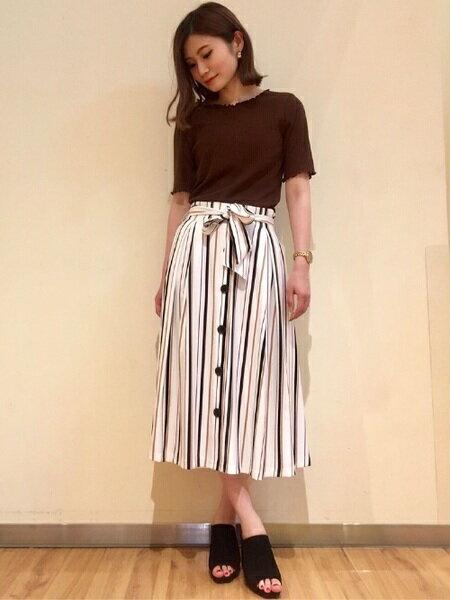 INGNIさんのフレアスカート「前ボタン・マルチストライプミディ/スカート」を使ったコーディネートを紹介します。|ファッション通販楽天ブランドアベニュー(旧スタイライフ Stylife)24367