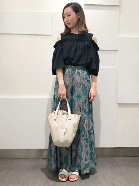 ROSE BUDのグラフィックプリントフレアワイドパンツを使ったコーディネートを紹介します。 Rakuten Fashion(楽天ファッション/旧楽天ブランドアベニュー)24338