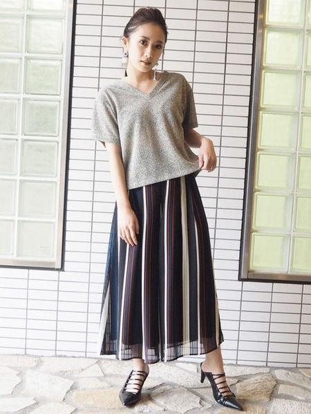 MURUAさんのカットソーその他「VネックラメTシャツ」を使ったコーディネートを紹介します。|ファッション通販楽天ブランドアベニュー(旧スタイライフ Stylife)23033