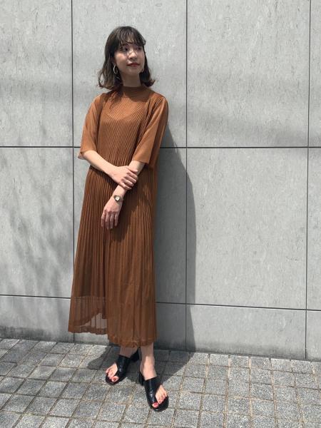 MAISON SPECIALのプリーツニットワンピースを使ったコーディネートを紹介します。|Rakuten Fashion(楽天ファッション/旧楽天ブランドアベニュー)1025845