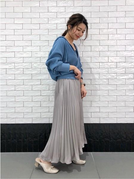 BAYFLOWの(W)サテンプリーツスカートを使ったコーディネートを紹介します。|Rakuten Fashion(楽天ファッション/旧楽天ブランドアベニュー)1027820