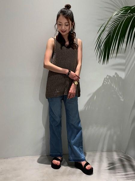 BAYFLOWの(W)セミフレアデニムを使ったコーディネートを紹介します。|Rakuten Fashion(楽天ファッション/旧楽天ブランドアベニュー)1031002