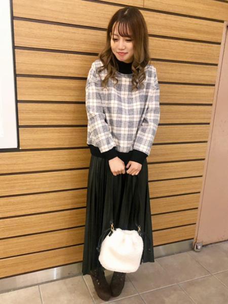 INGNIのフェイクレザープリーツスカートを使ったコーディネートを紹介します。|Rakuten Fashion(楽天ファッション/旧楽天ブランドアベニュー)1073923