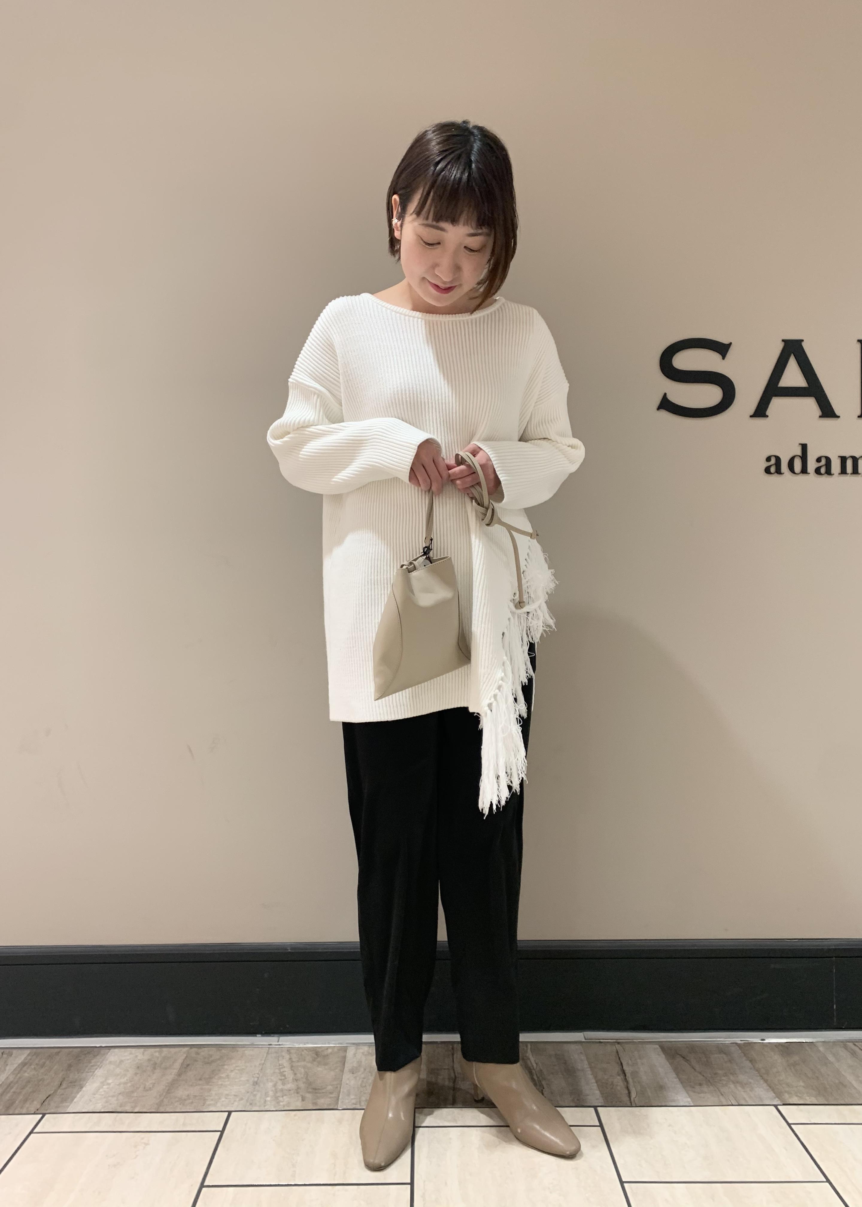 SALON adam et rope'の【店頭人気アイテム!】シャイニーカラーテーパードパンツを使ったコーディネートを紹介します。|Rakuten Fashion(楽天ファッション/旧楽天ブランドアベニュー)1087113