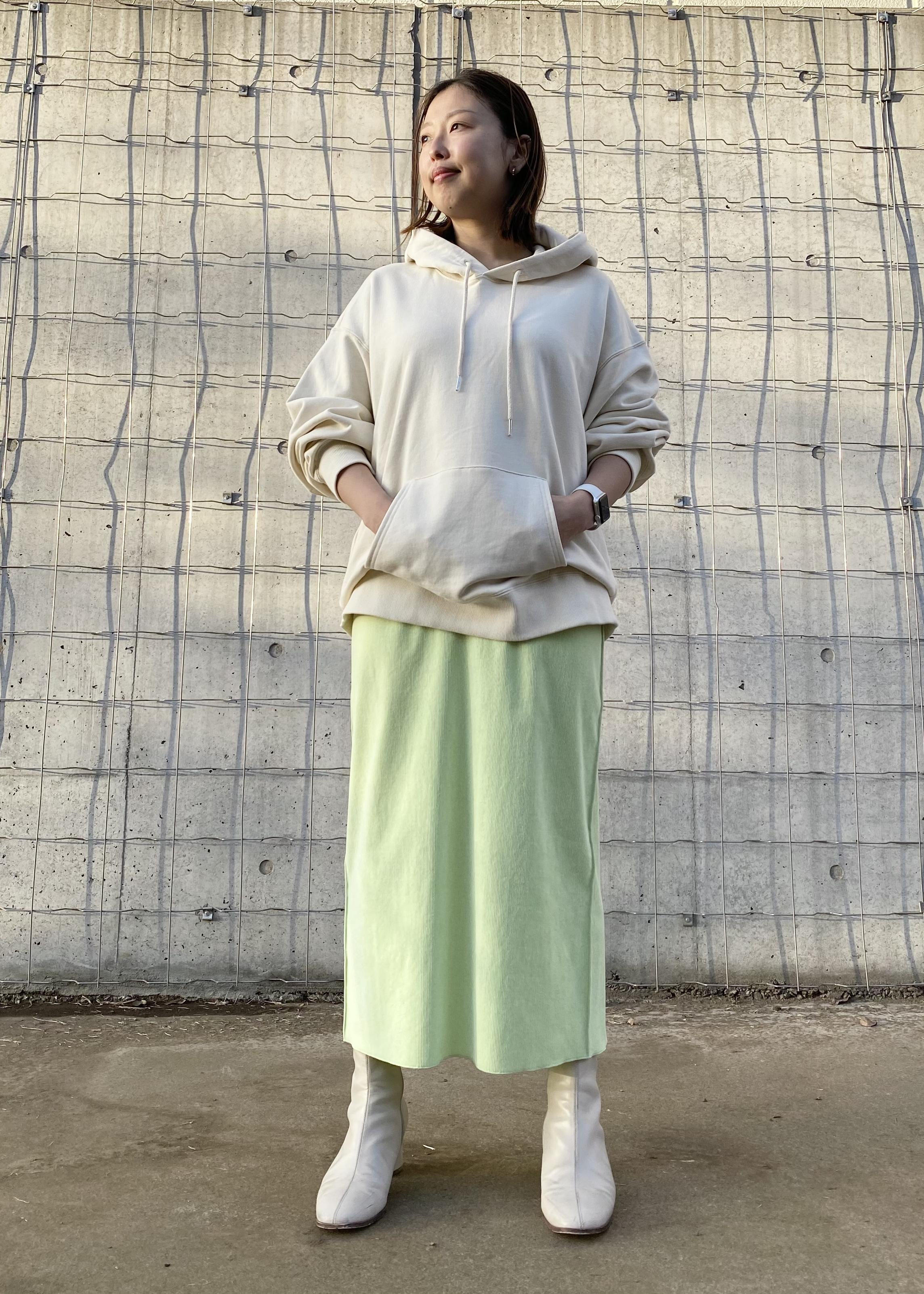ADAM ET ROPE'のコーデュロイペンシルスカートを使ったコーディネートを紹介します。|Rakuten Fashion(楽天ファッション/旧楽天ブランドアベニュー)1088445