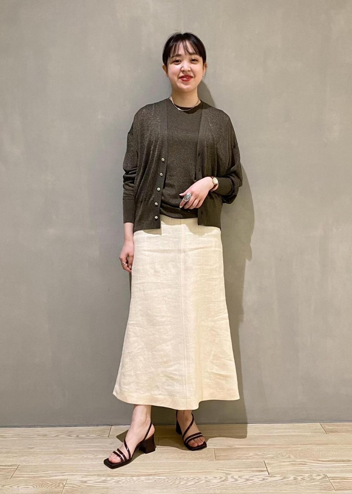 ADAM ET ROPE'の【アンサンブル対応可】ハイゲージラメニットノースリーブトップを使ったコーディネートを紹介します。 Rakuten Fashion(楽天ファッション/旧楽天ブランドアベニュー)1097409