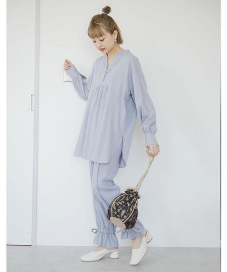 FREE'S MARTの裾ドロストフレアパンツを使ったコーディネートを紹介します。|Rakuten Fashion(楽天ファッション/旧楽天ブランドアベニュー)1093234